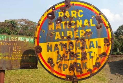 Einst hiess der Virunga National Park noch National Albert Park. Das Schild diente als Zielscheibe bei Schiessübungen.