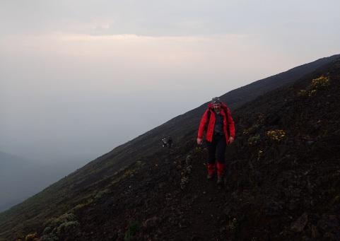 Kurz vor dem Kraterrand geht's steil über loses Geröll bergauf.