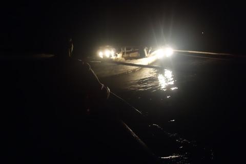 In der Nacht sind nur die Petroleumlampen zu sehen.
