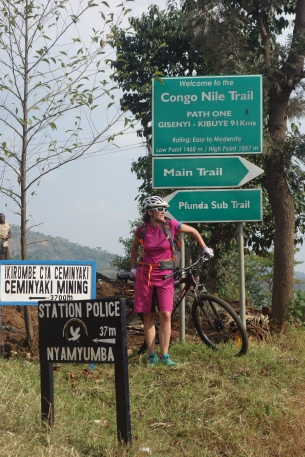 Biken auf dem Congo Nile Trail hoch über dem Kivusee.