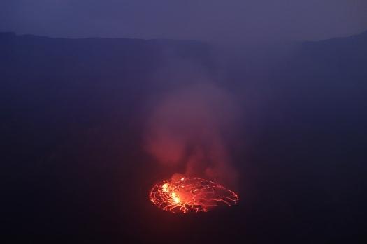 Als langsam der Tag die Nacht ablöst, zeichnet sich wieder die Kraterwand ab.