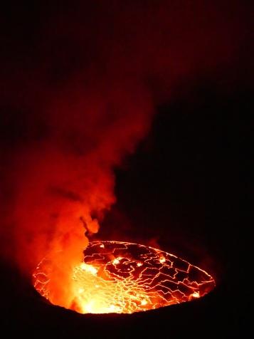 Rot steigt der Rauch in die schwarze Nacht empor.