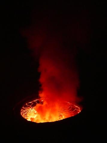Der rotblühende Lavakessel in tiefschwarzer Nacht: uunbeschreiblich schön.