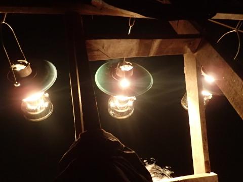 Das Licht zieht die Fische an.