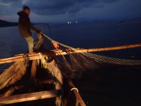Dann ziehen die Fischer das Netz aus der Tiefe.