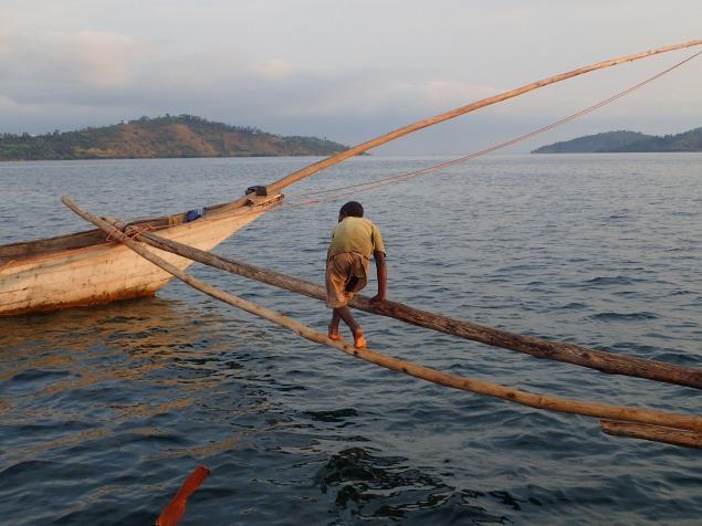 Keiner weiss, woher der Junge kommt. Er hat sich irgendwann zu den Fischern gesellt, um sich sein Leben zu verdienen und gehört jetzt einfach dazu.
