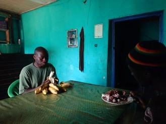 Guide und Träger sind hungrig. Nach drei Tagen Verpflegung aus dem Rucksack endlich frische Bananen und ein Teller Reis mit Bohnen.