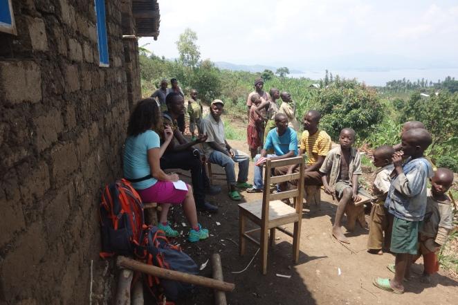 Ruanda: Abseits der Zivilisation in den Hügeln über dem Kivusee lebt diese Grossfamilie. Guide Cassim hilft beim Übersetzen.