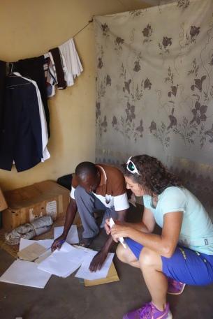 Der Dorflehrer in Uganda liefert der Journalistin zusätzliches Material für die Reportage.
