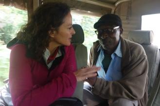 Dieser Grossvater ist Ranger im Virunga Nationalpark im Kongo. Bei ihm wachsen einige seiner Enkel auf, weil ihre Eltern verstorben sind.